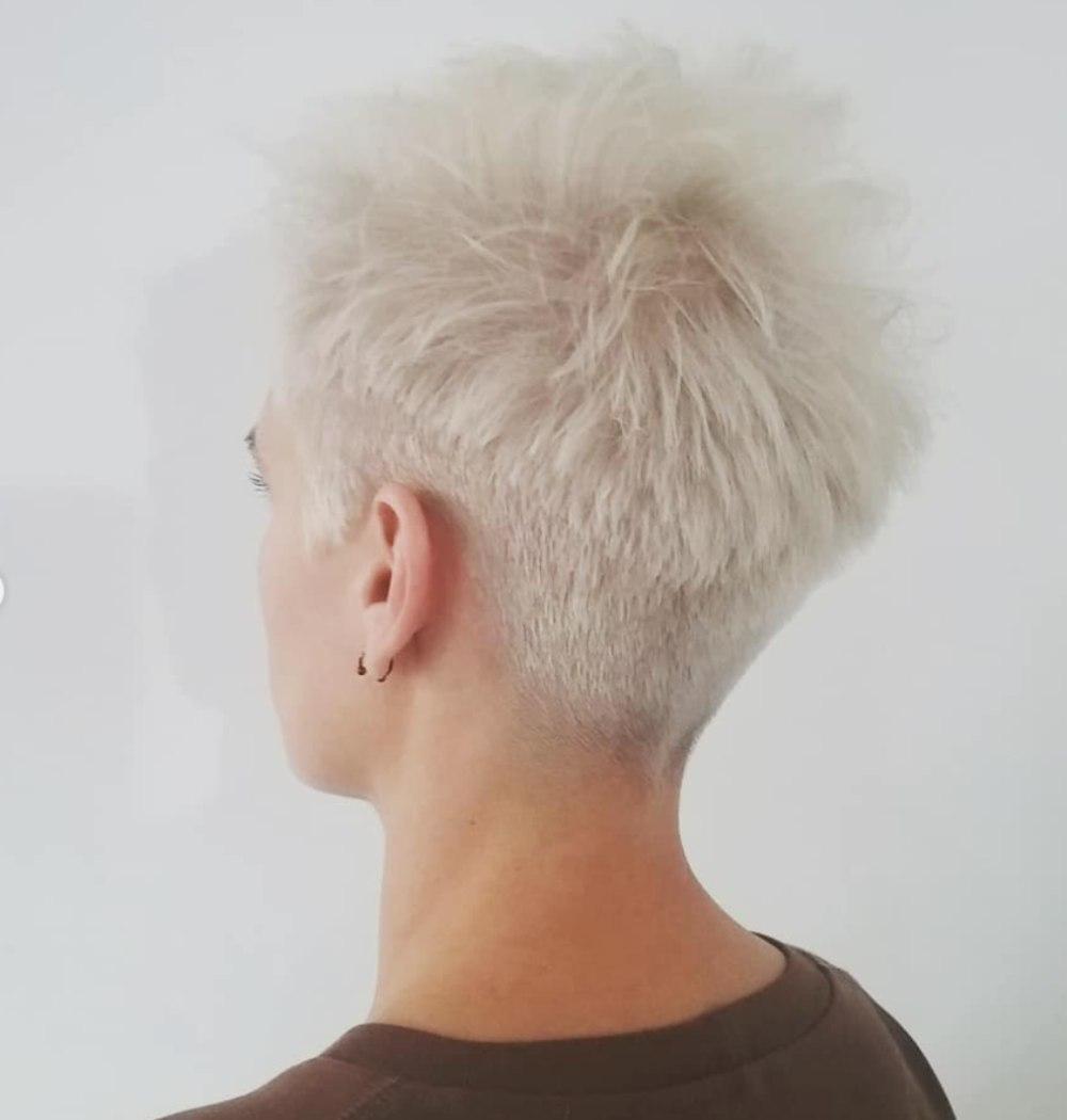 Corte de pelo blanco y corto